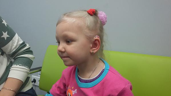 Валерия носит детский слуховой аппарат Oticon Sensei Pro