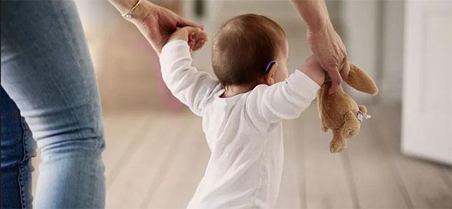 Маленький ребенок носит слуховой аппарат